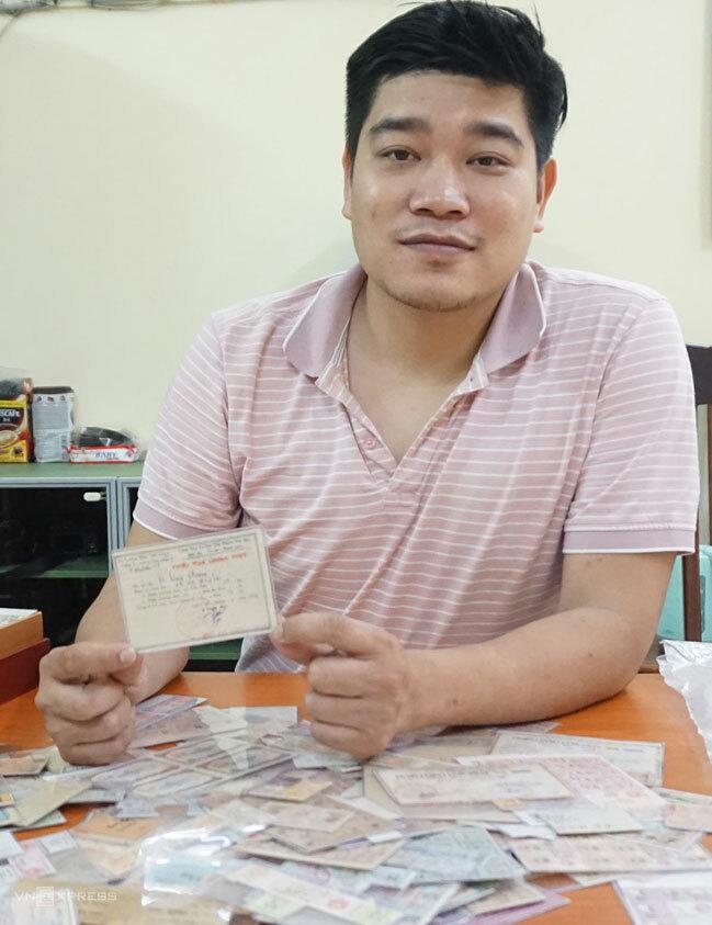 Sau tám năm sưu tầm, anh Tuấn hiện sở hữu gần 2.000 mẫu tem phiếu các loại. Ảnh: Hoàng Phương