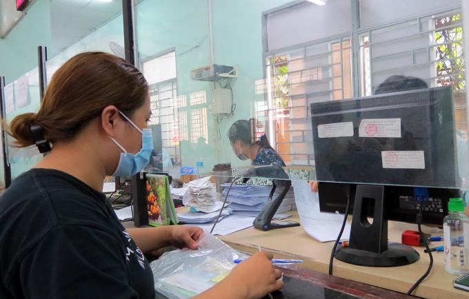 Chị Vũ Thanh Hà làm thụ tục trợ cấp thất nghiệp tại Trung tâm dịch vụ việc làm TP HCM. Ảnh: Lê Tuyết.
