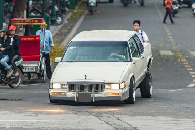 Chiếc Cadillac Coupe Deville nâng cấp phong cách Lowrider trên đường phố Hà Nội.
