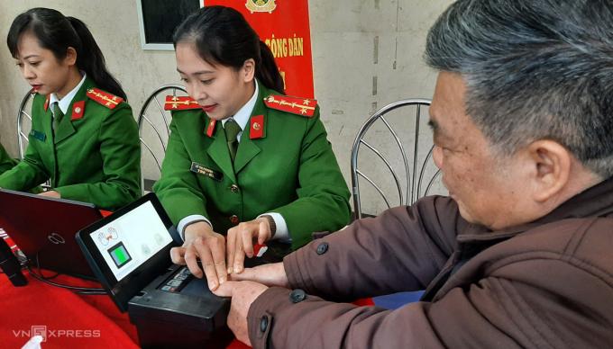 Phòng Cảnh sát quản lý hành chính về trật tự Xã hội, Công an TP Hà Nội làm thủ tục thu nhận vân tay, hồ sơ cho công dân làm thẻ căn cước. Ảnh: Bá Đô