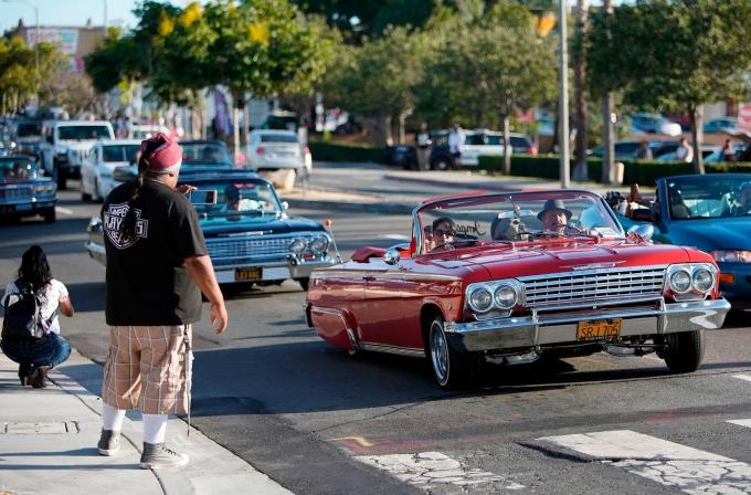 Những chiếc Lowrider trên đường phố. Ảnh Detroit News