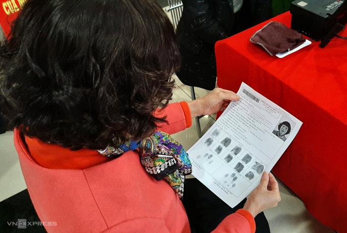 Sau khi thu nhận hồ sơ, người dân được kiểm tra lại thông tin của mình trên tờ giấy Cảnh sát in sẵn rồi ký xác nhận và hoàn thiện. Ảnh: Bá Đô