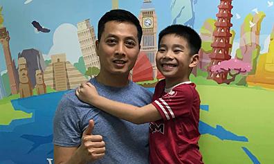 Ông bố nói chuyện tiếng Anh với con từ khi 7 tuần tuổi