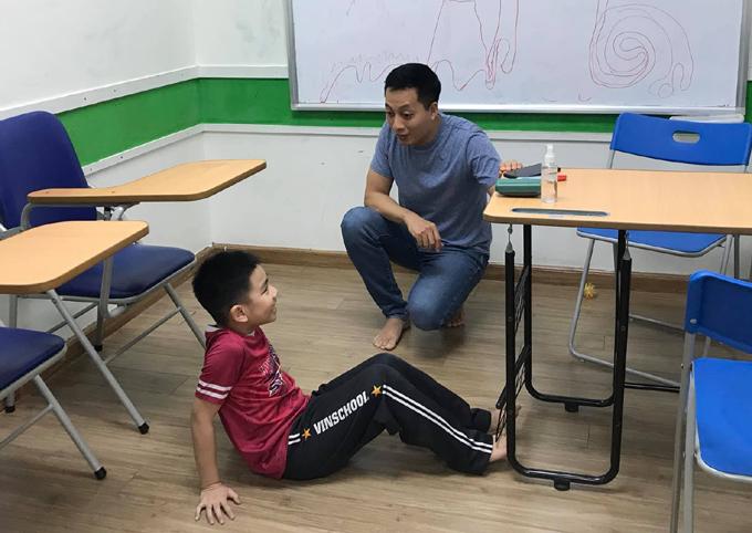Anh Lâm cùng con trò chuyện sau khi cậu bé đi học về.