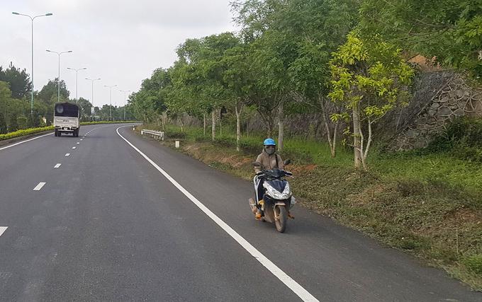 Xe máy chạy ngược chiều trên cao tốc Liên Khương - Đà Lạt. Ảnh:Khánh Hương.