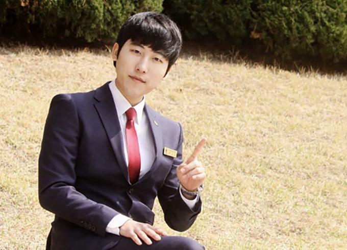 Sinh viên Kwon Dae-hee thường chỉnh ảnh để có cằm thon gọn. Ảnh: CNN.