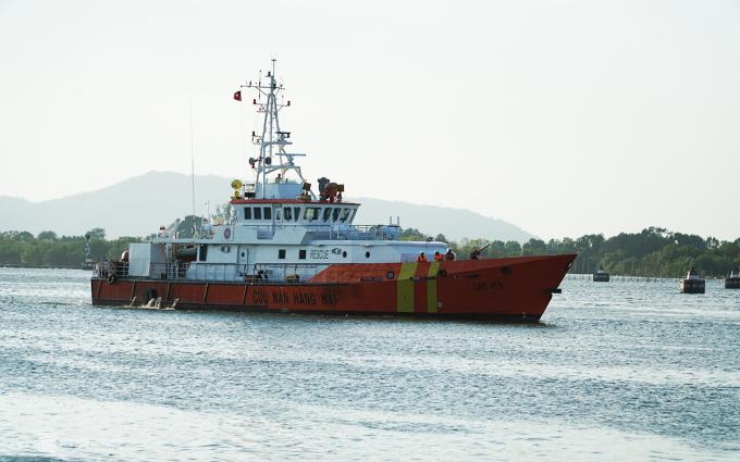 Tàu SAR 413 chở 6 ngư dân gặp nạn vào đất liền chiều nay. Ảnh: Trường Hà.