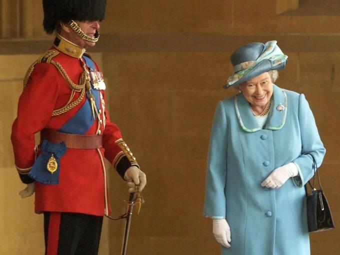 Nữ hoàng Anh cười với Hoàng thân Philip ở