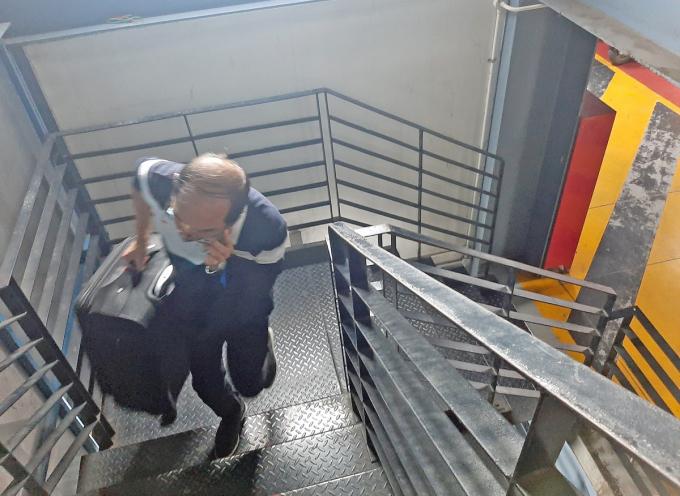 Khách xách vali theo lối thang bộ lên tầng 3 nhà xe TCP, tháng 11/2020. Ảnh: Gia Minh.