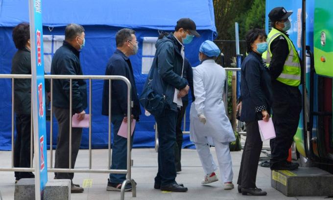 Người dân bên ngoài một điểm tiêm chủng vaccine Covid-19 tại Bắc Kinh. Ảnh: AFP.