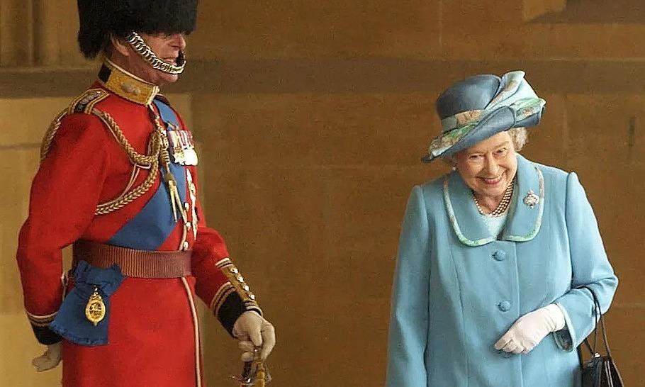 Câu chuyện sau nụ cười của Nữ hoàng với Hoàng thân Philip