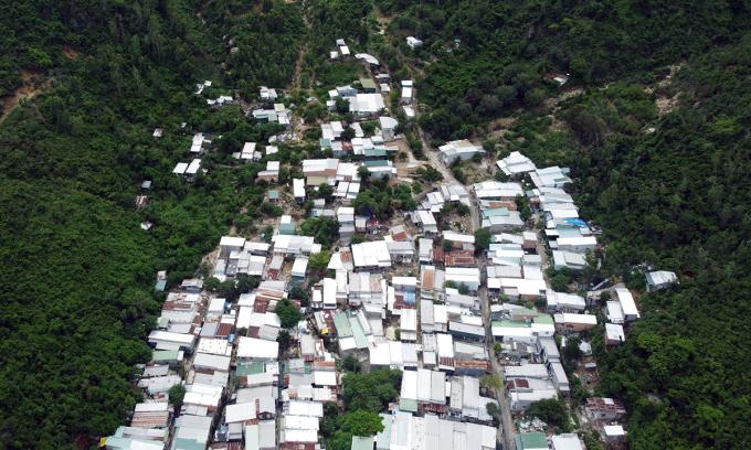 Người dân dựng nhà tạm trên sườn núi Hòn Rớ, xã Phước Đồng, nơi thường xuyên xảy ra sạt lở. Ảnh: An Phước.
