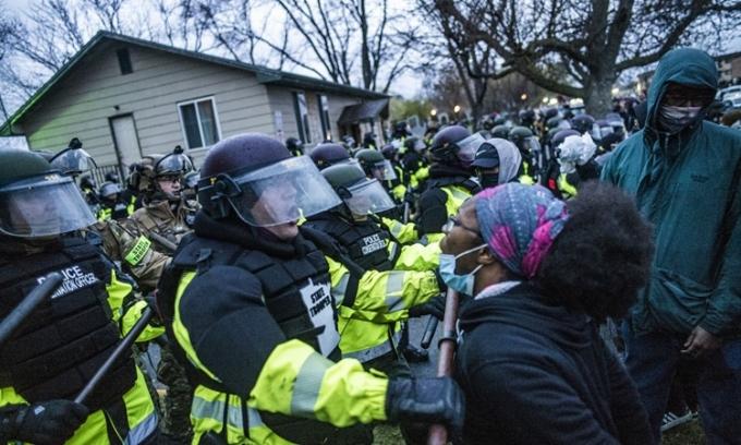 Người biểu tình đụng độ với lực lượng cảnh sát ở Brooklyn Center, Minnesota, hôm 12/4. Ảnh: AP.
