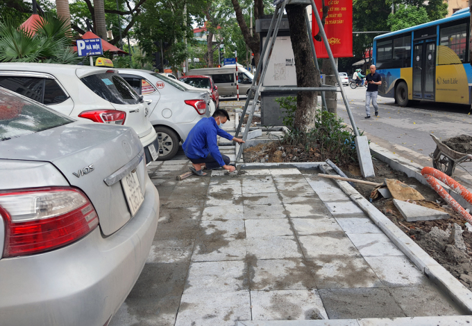 Sáng 15/4, tại khu vực bãi trông giữ ôtô trước toà Hanoi Tower trên phố Hai Bà Trưng, hàng chục ôtô đỗ trên hè vừa lát xong. Ảnh: Giang Huy.