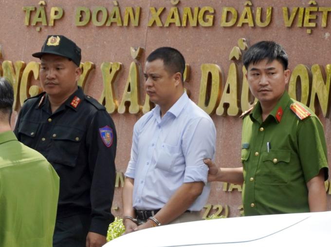 Lương Đình Tiến bị đưa cơ quan điều tra lúc gần 14h ngày 15/4. Ảnh: Hoàng Nam.