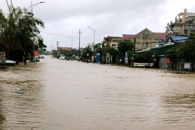 Quốc lộ 1 ở phường Hưng Trí, thị xã Kỳ Anh bị ngập khi bão Vamco đổ bộ Hà Tĩnh hồi tháng 11/2020. Ảnh: Đức Hùng
