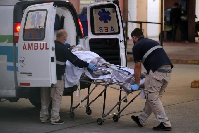 Nhân viên y tế di chuyển bệnh nhân ở Santiago ngày 9/4. Ảnh: AFP.