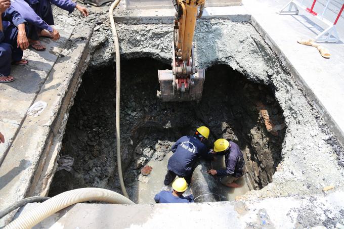 Công nhân khắc phục sự cố hố sụp ở mặt đường Huỳnh Tấn Phát. Ảnh: Đình Văn.