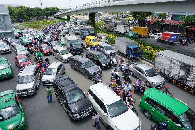 Kẹt xe trên đường Trường Sơn đoạn trước cổng sân bay Tân Sơn Nhất năm 2020. Ảnh: Gia Minh.