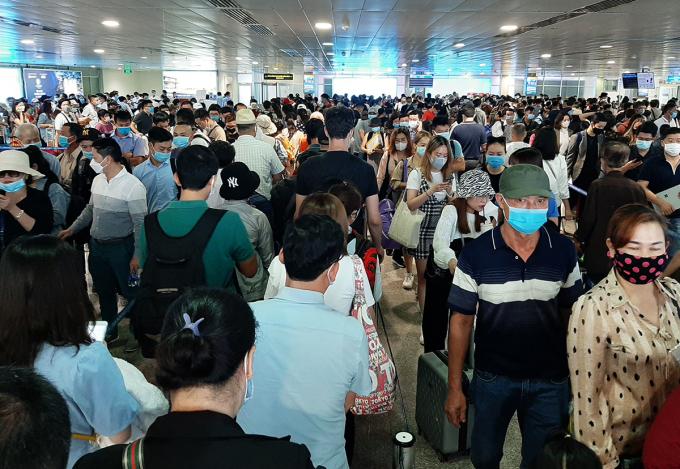 Khách xếp hàng ở khu vực chờ kiểm tra an ninh ga quốc nội sân bay, sáng 16/4. Ảnh: Gia Minh.