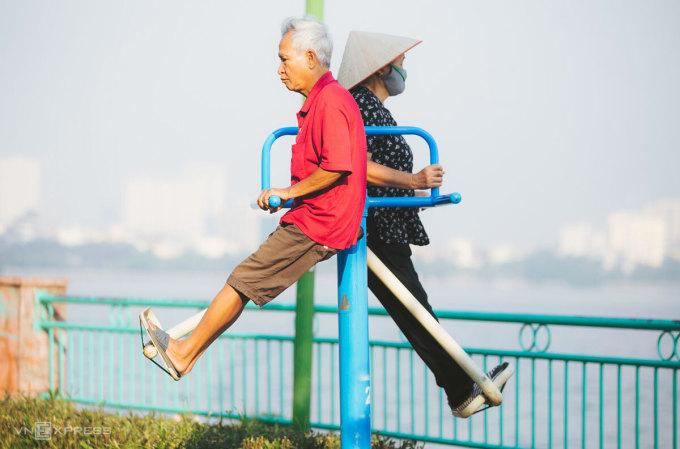 Người già tập thể dục ven Hồ Tây. Ảnh: Đình Tùng