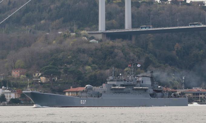 Tàu Nga đi qua eo biển Bosphorus để tới Biển Đen ở Istanbul, Thổ Nhĩ Kỳ hôm 17/4. Ảnh: Reuters.