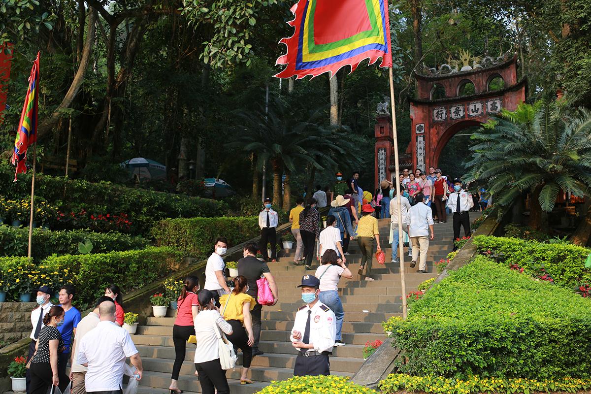 Phân luồng du khách đến đền Hùng ngày giỗ Tổ