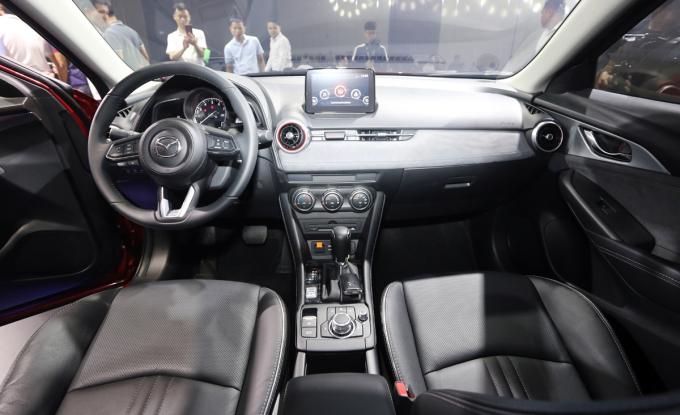 CX-3 có gương chống chói, màn hình cảm ứng 7 inch, hiển thị thông tin trên kính lái (HUD). Ảnh: Đắc Thành