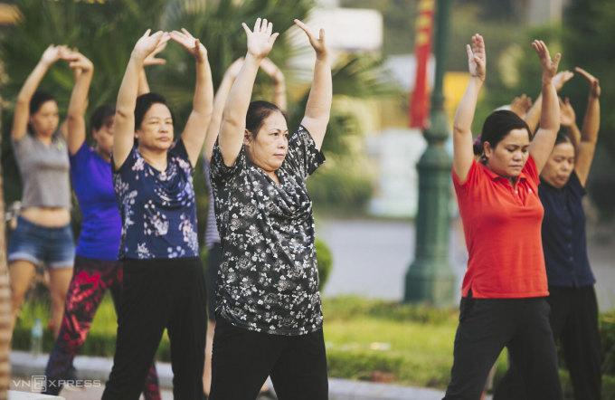Người già tập thể dục ven Hồ Tây, Hà Nội. Ảnh: Đình Tùng