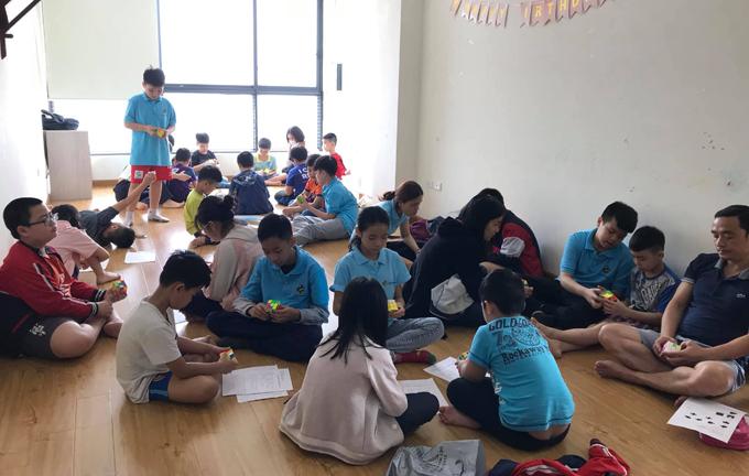 Hơn 70 bạn nhỏ đến lớp học rubik miễn phí hôm 18/4 khiến gia đình Khánh phải mượn thêm nhà hàng xóm mới đủ chỗ. Ảnh: Bình Minh.