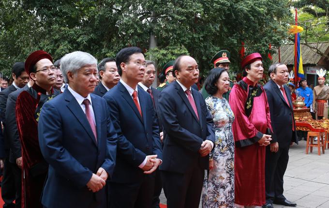 Chủ tịch nước Nguyễn Xuân Phúc dẫn đầu đoàn đại biểu lãnh đạo Đảng, Nhà nước dâng hương ở đền Thượng sáng 21/4. Ảnh: Tất Định.