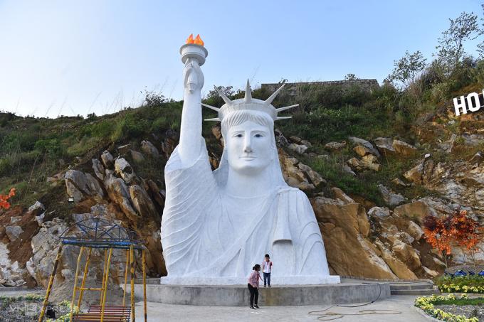 Bức tượng Nữ thần tự do trong khu du lịch Check-in An Sa Pa giữa tháng 4/2021. Ảnh: Giang Huy.
