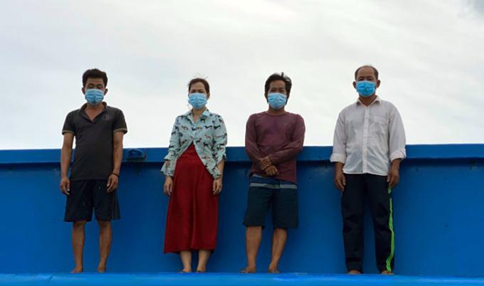 Ông Tân (bìa phải) cùng 3 người khác trên sà lan khi bị lực lượng biên phòng phát hiện. Ảnh: Vinh Tiến