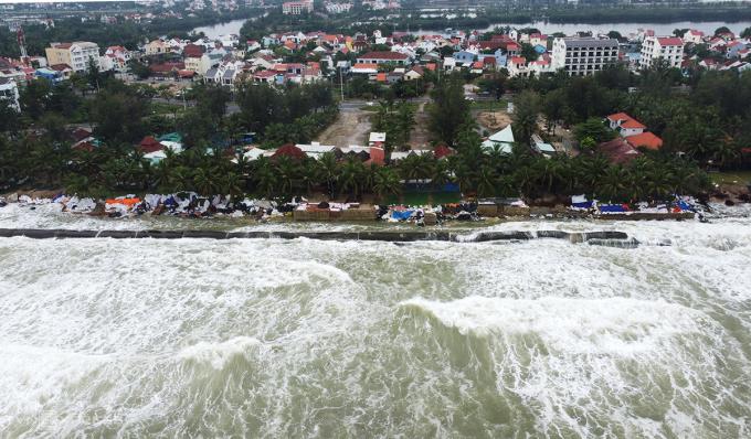 Bờ biển Cửa Đại bị sóng đánh gây sạt lở hồi tháng 10/2020. Ảnh: Đắc Thành.