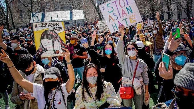 Người biểu tình phản đối nạn thù ghét và bạo lực với người gốc Á tại công viên Columbus, khu phố người Hoa tại Manhattan, New York, hôm 21/3. Ảnh: AP