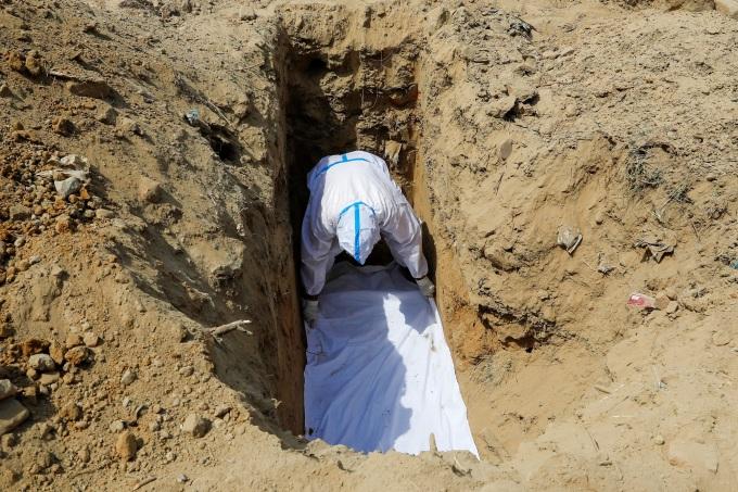 Một buổi lễ an táng cho bệnh nhân Covid-19 tại New Delhi, Ấn Độ, ngày 23/4. Ảnh: Reuters.