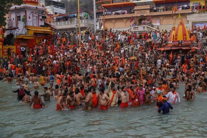 Các tín đồ Hindu giáo tham dự lễ hội Kumbh Mela ở bang Uttarakhand vào đầu tháng 4. Ảnh: AP.