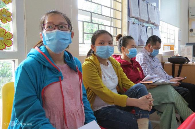 Thai phụ Nguyễn Thị Loan (đeo kính) sẽ nhận được gần 30 triệu BHXH một lần