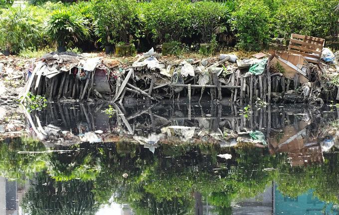 Rác thải vứt đầy hai bên dòng kênh. Ảnh: Hà An.