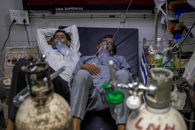 Bệnh nhân Covid-19 nằm chen chúc trong bệnh viện ở New Delhi vào ngày 15/4. Ảnh: Reuters.