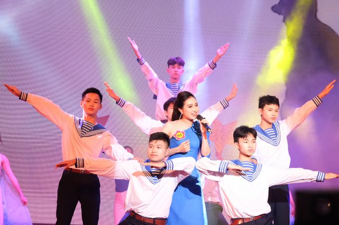 Cô Dương Thuỳ Linh, trường THCS Tiên Dược (Sóc Sơn) thể hiện tiết mục Đảo xanh. Ảnh: Dương Tâm.