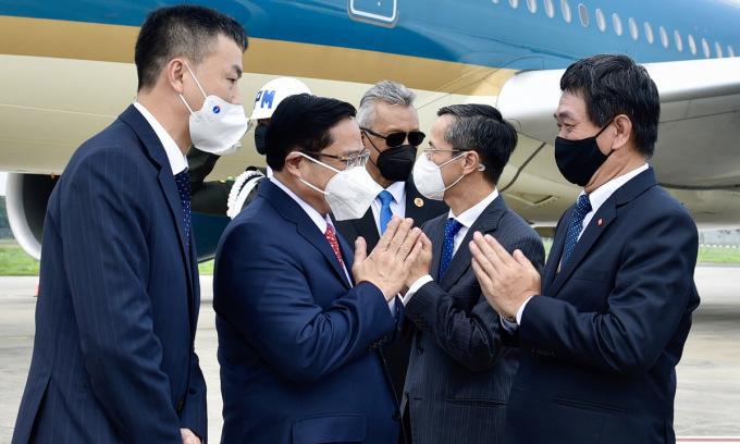 Thủ tướng Phạm Minh Chính (thứ hai từ trái sang) sau khi hạ cánh xuống sân bay Soekarno-Hatta trưa nay. Ảnh: VGP.