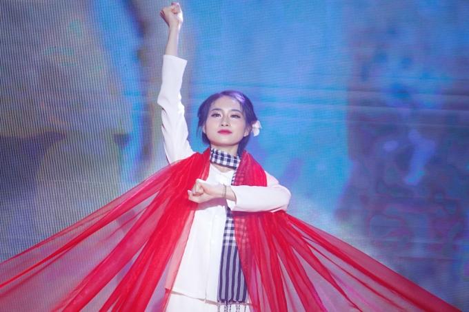 Cô giáo Trần Minh Huyền, trường Mầm non Trung Tự, quận Đống Đa, giành giải chuyên đề phần thi năng khiếu ấn tượng nhất nhờ màn hoá thân thành nữ anh hùng Võ Thị Sáu. Ảnh: Thanh Hằng