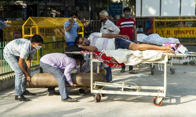 Người dân Ấn Độ xếp hàng chờ nhập viện tại New Delhi hôm 23/4. Ảnh: AFP.