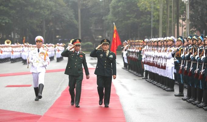 Thượng tướng Phan Văn Giang, Ủy viên Bộ Chính trị, Phó Bí thư Quân ủy Trung ương, Bộ trưởng Bộ Quốc phòng Việt Nam (trái) và Thượng tướng Ngụy Phượng Hòa, Ủy viên Quốc vụ, Bộ trưởng Quốc phòng Trung Quốc cùng duyệt binh. Ảnh: Hiếu Duy