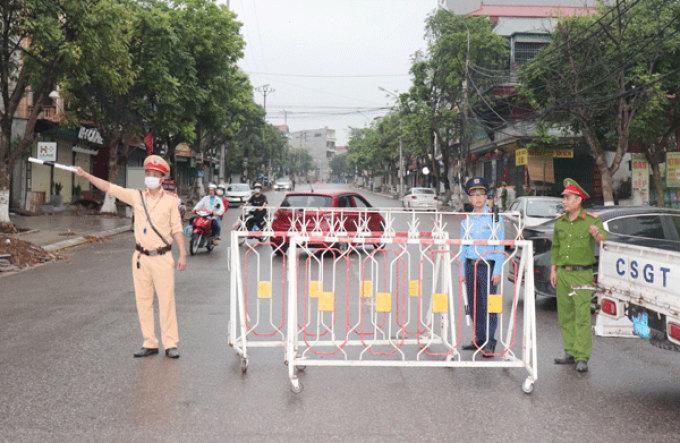 Chốt chặn trên phố Tôn Đức Thắng ngăn người dân đi vào khu vực nguy hiểm khi công binh di dời quả bom. Ảnh: Cổng thông tin Vĩnh Yên