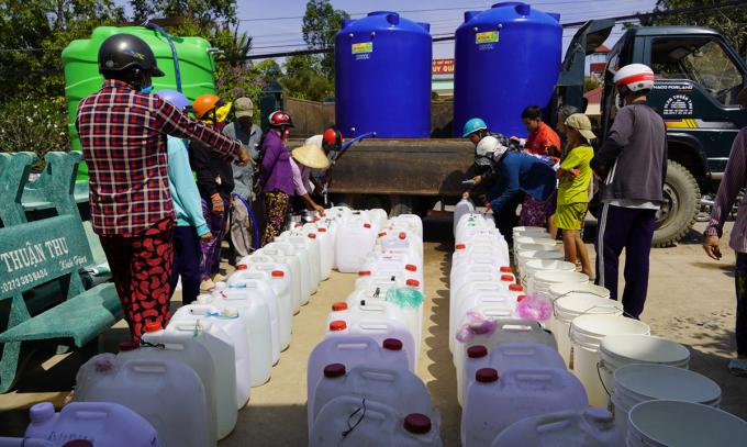 Người dân Gò Công Tây (Tiền Giang) xếp hàng xin nước ngọt mùa hạn, mặn năm ngoái. Ảnh: Hoàng Nam