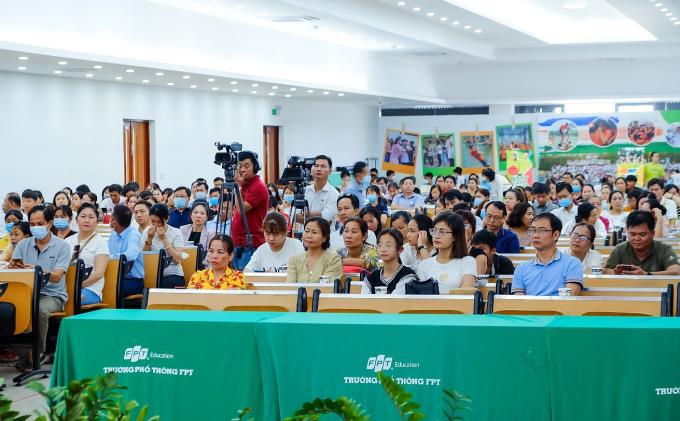 Gần 400 phụ huynh, học sinh khu vực đồng bằng sông Cửu Long tham dự tọa đàm ngày 25/4.