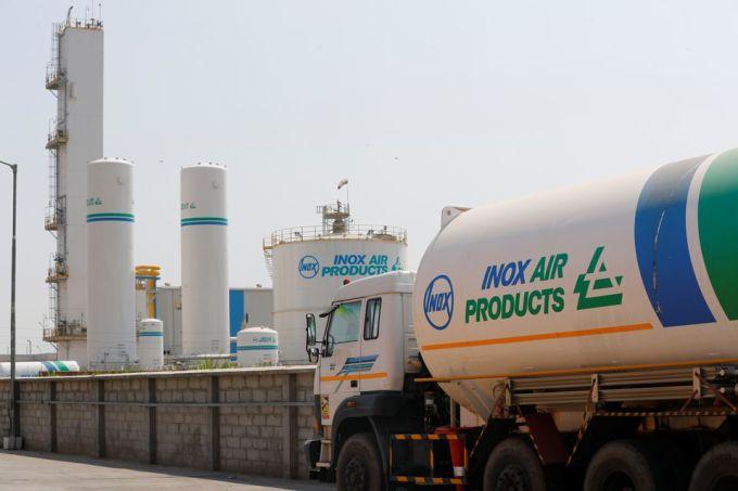 Xe bồn tại nhà máy ở ngoại ô New Delhi ngày 22/4. Ảnh: Reuters.