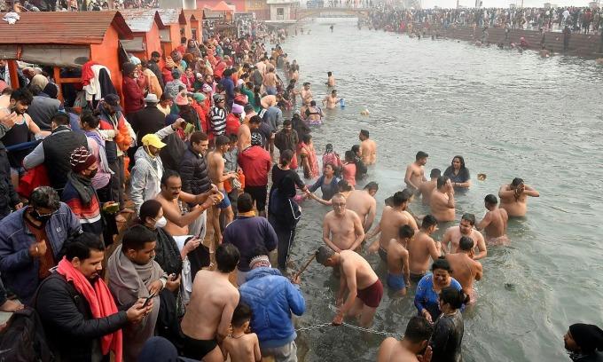 Người Ấn Độ xuống tắm ở sông Hằng trong ngày đầu tiên của lễ Kumbh Mela hôm 14/1. Ảnh: Reuters